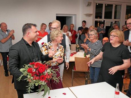 Christos Pantazis, hier mit seiner Ehefrau Tanja, bekam für seinen Einzug in den Bundestag stehende Ovationen in der Braunschweiger SPD-Zentrale.