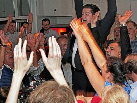 Thorsten Kornblum wird von seinen Anhängern für seinen deutlichen Sieg bei der OB-Stichwahl frenetisch gefeiert.