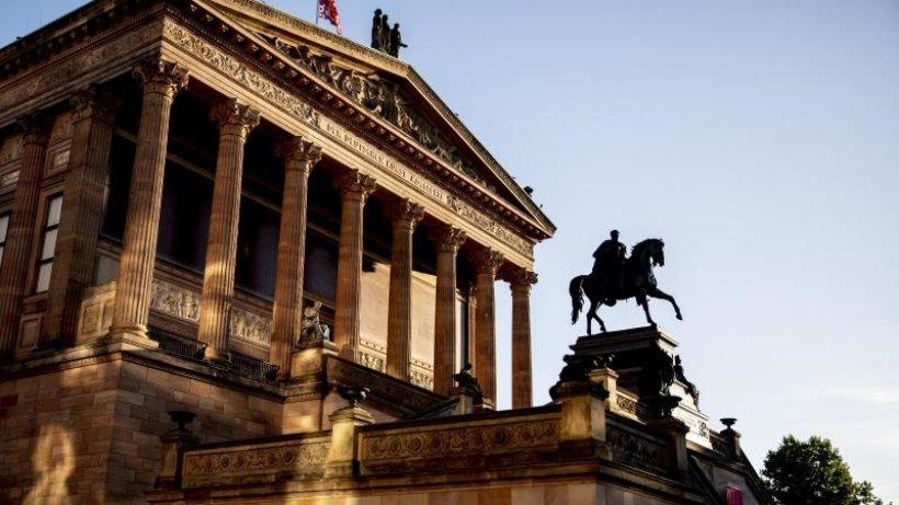 Unbekannte beschädigen Dutzende Objekte in Berliner Museen