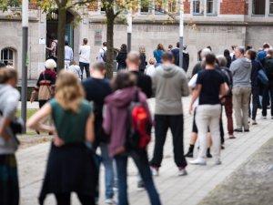 Am Tag der Bundestagswahl bilden sich lange Schlangen vor dem Wahllokal in der Jane-Addams-Schule in Berlin-Friedrichshain.