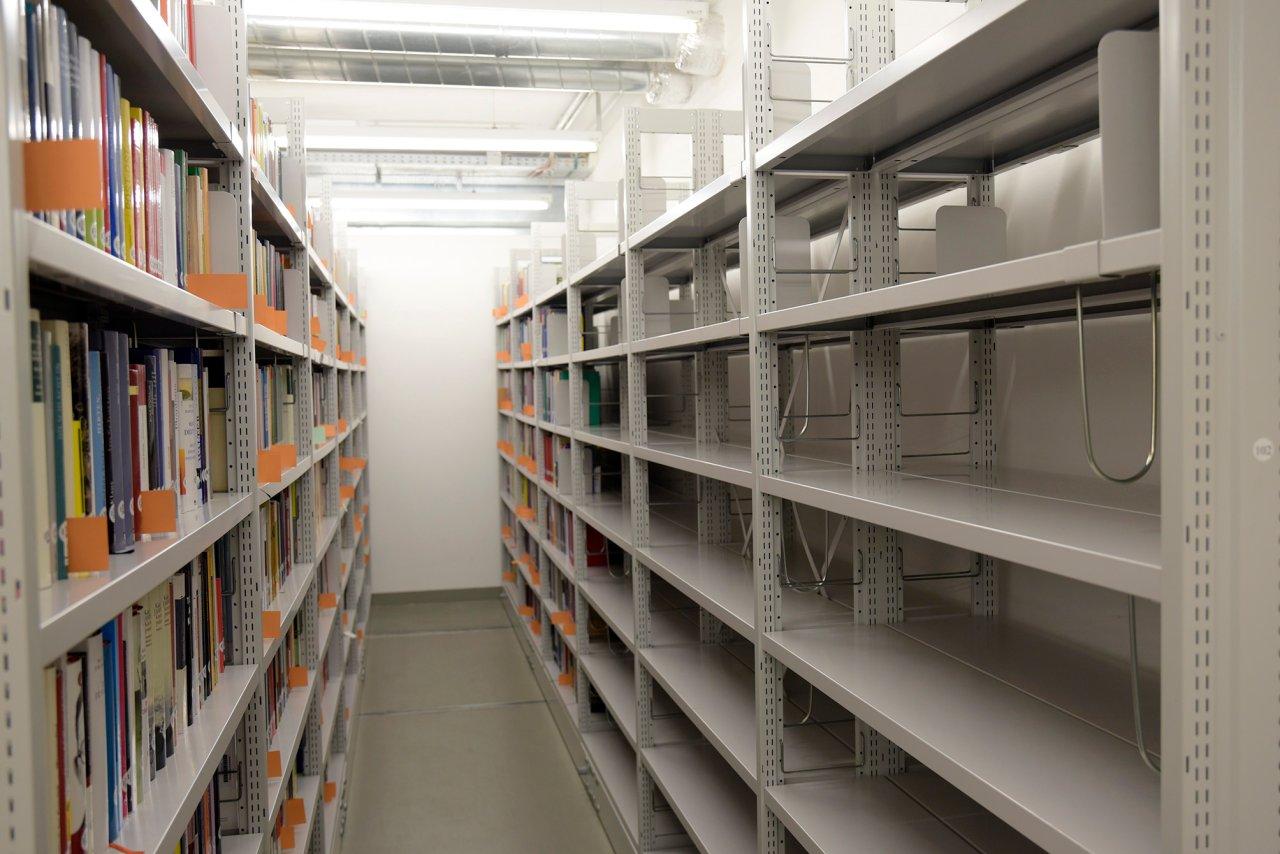 Nur eines von vielen leeren Archivregalen – Die Bibliotheksmitarbeiter haben zahlreiche Bücher aussortiert und so Platz für neue gemacht.