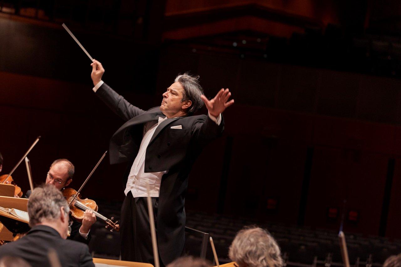 Das letzte Sinfoniekonzert des Staatsorchesters Braunschweig fand im Oktober letzten Jahres statt. Nun kommt das Staatsorchester unter der Leitung von Generalmusikdirektor Srba Dinić erstmals wieder an diesem Ort zusammen.