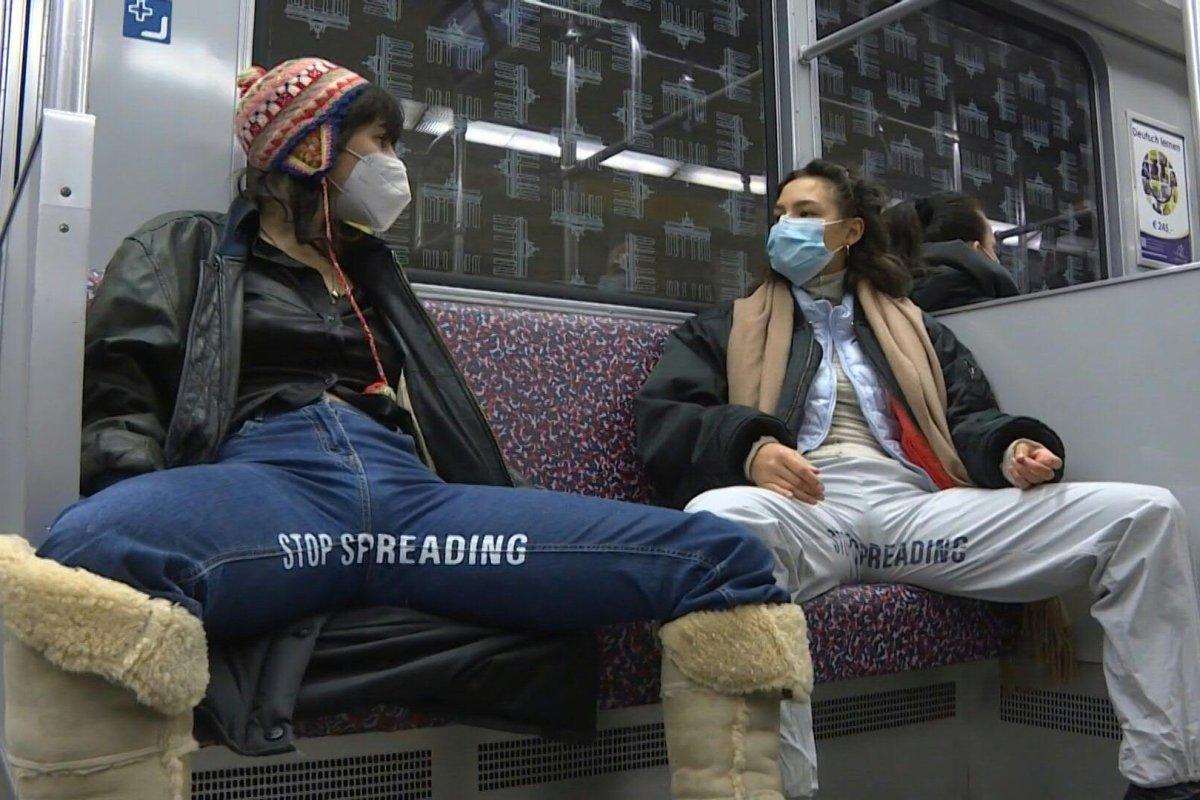 Sitzen männer breitbeinig warum Manspreading: Untenrum