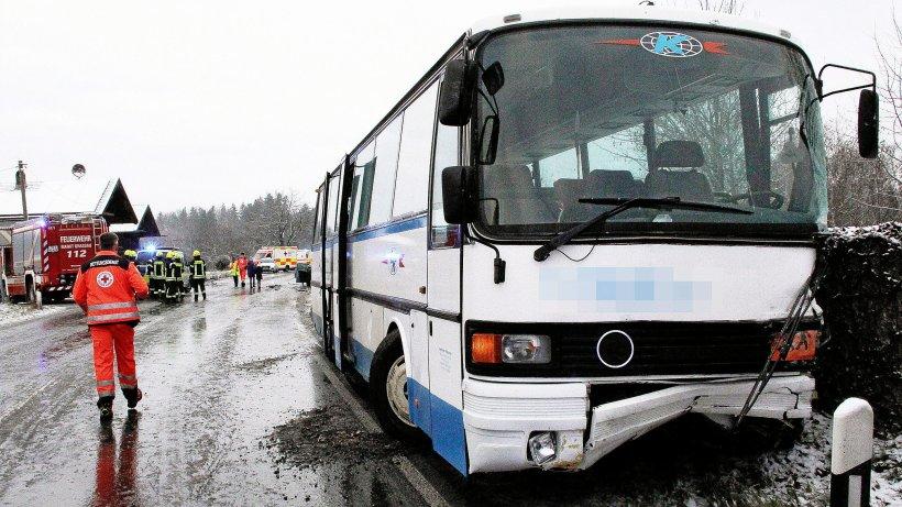 Unfall mit Schulbus in Bayern: 21 Grundschüler und 2 Erwachsene verletzt