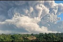 Vulkan Sinabung spuckt Asche in den Himmel